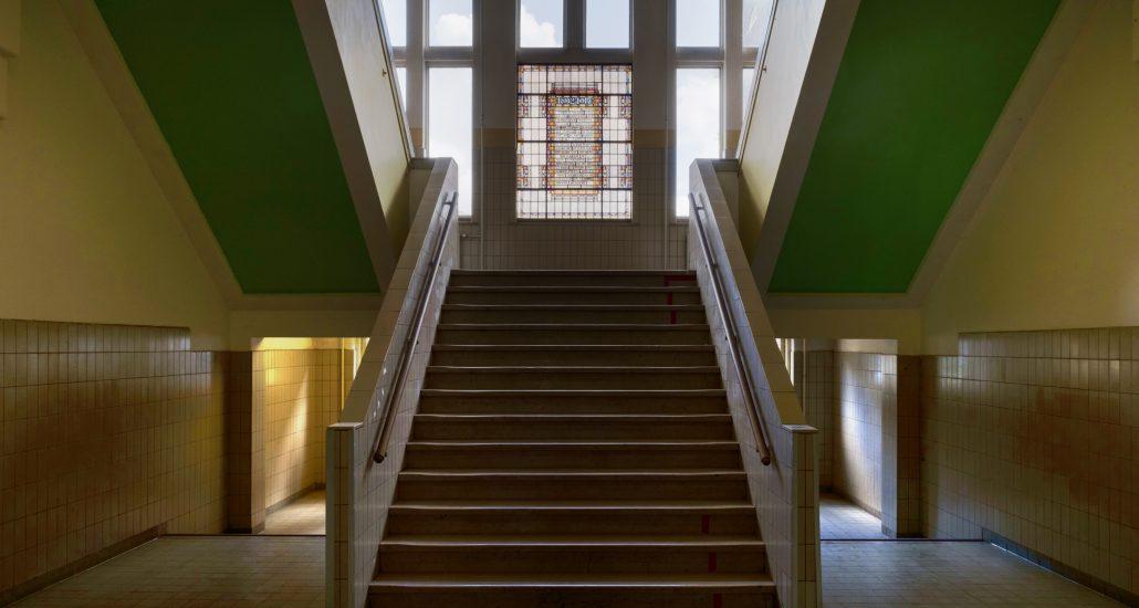 Het interieur behoudt haar karakteristieke kenmerken met imposante trappenhuizen, ruime gangen en authentieke details zoals de glas-in-lood ramen.